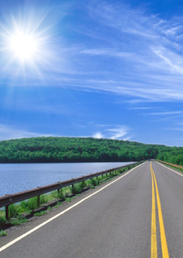 route sur le bord d'un lac
